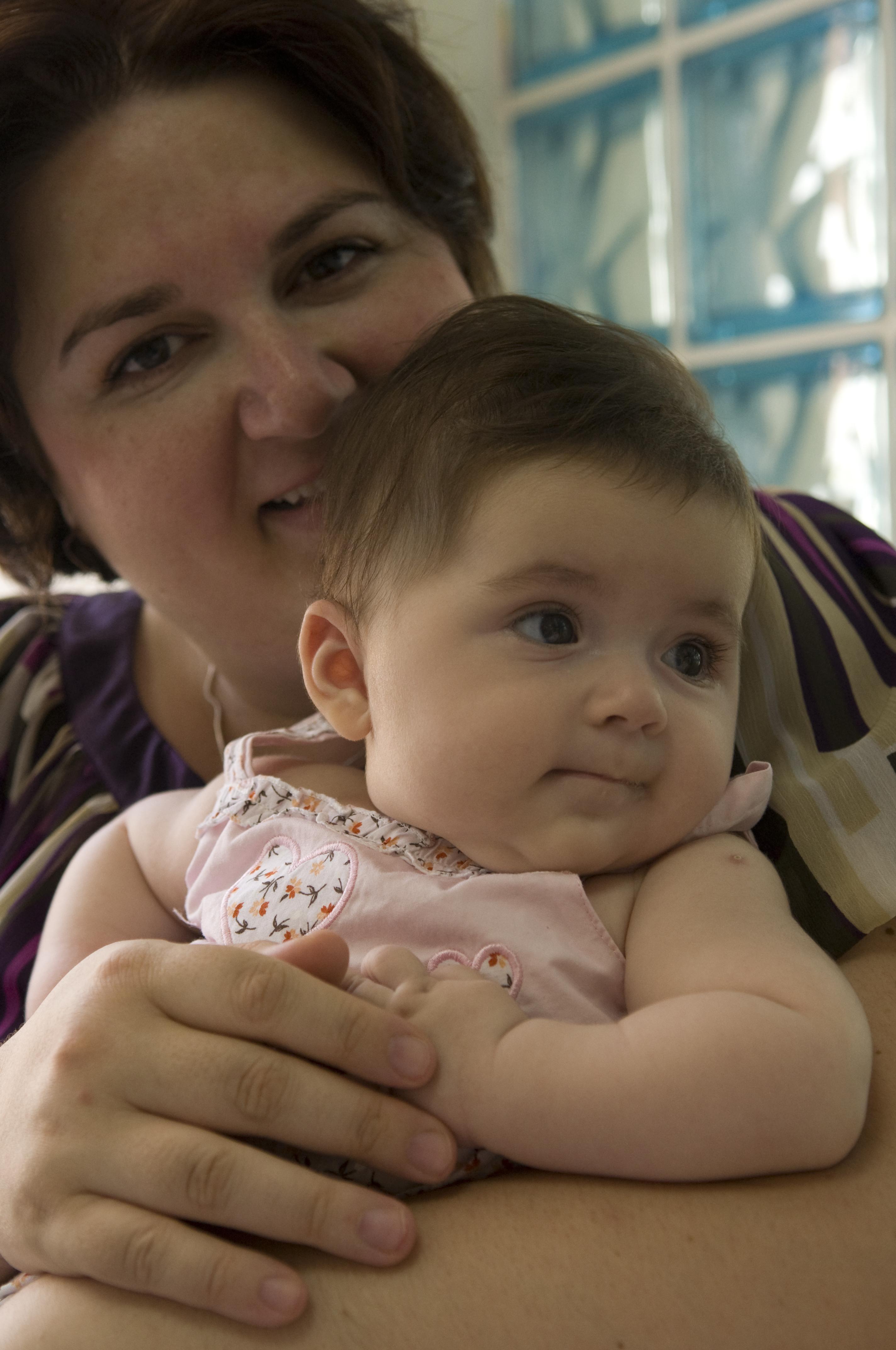 Dokuları 9 yaşında dondurulan kadın anne oldu